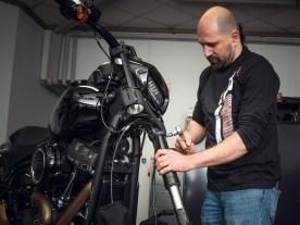 Erste Umbauphase: R&R-Mann Andi baut die Gabelbeine aus