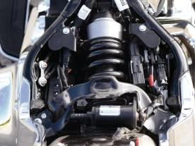 Ein einzelnes Federbein knapp unter dem Fahrersitz - bei allen neuen Softails standart