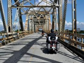 Eine der vielen Brücken im Sumpfland des Mississippi-Sunds