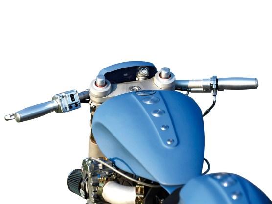 Durch die Verlagerung des Vergasers auf die linke Seite konnte der Ansaugtrakt verlängert werden. Der Motor dankt dies mit verbessertem Ansprechverhalten