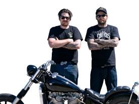 Dan (ohne Kappe) und sein Mitarbeiter Pete sind stolz auf ihr wassergekühltes Bike