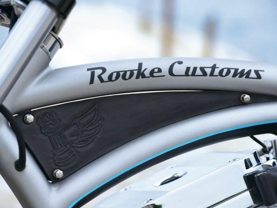 Der Rahmen erinnert in seiner Optik an ein Beach-Cruiser-Fahrrad und trägt den Namen des Erbauers