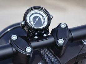 Ein Gehäuse von Thunderbike umschließt den Minitacho von motogadget
