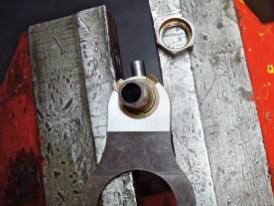 Die Schaltgabeln führen die Schaltmuffen in die Zapfen der Gangräder ein