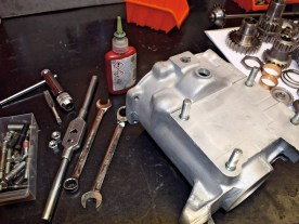 An den Stehbolzen auf der Unterseite des Getriebes tritt oft Öl aus