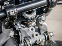 Minimalistischer geht's nicht: Der Kippschalter auf dem Tank ist fürs Fahr- und Fernlicht zuständig