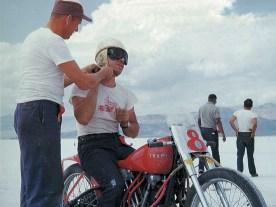 S&S-Gründer George Smith auf seiner legendären Tramp auf dem Salzsee in Bonneville/Utah
