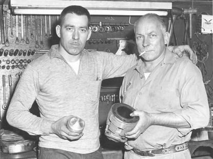 """1958 gründet George Smith mit seinem Freund Stanley Stankos (rechts) S&S Cycle Equipment im Keller seines Hauses. Nach nur einem Jahr steigt Stankos wieder aus. Das zweite """"S"""" im Firmennamen bleibt und steht ab sofort für Smiths Ehefrau"""