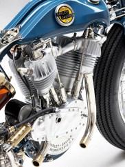 Der fast 100 Jahre alte Motor wurde zerlegt und innerlich wie äußerlich instand gesetzt. Die Zylinder und die Köpfe lassen sich nicht trennen, sie sind jeweils in einem Stück gegossen