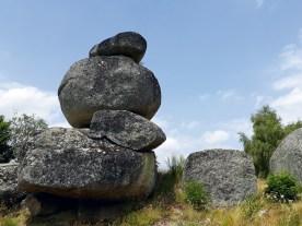 Vorbei an Steingebilden