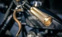 Griffe, Fußrasten, Lenker, Lampe, Auspuffanlage, Heckfender und dessen Halter, alles Spezialfertigungen für dieses Bike