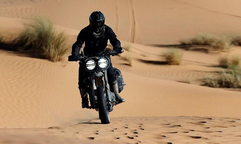 Viel Licht kann nicht schaden: In den Weiten der Sahara können die Jungs die großen Zweifach- scheinwerfer sicher gut gebrauchen