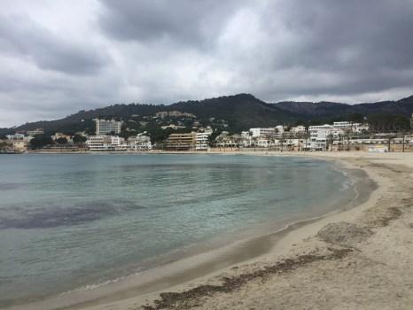 Strand Paguera Mallorca dunkle Wolken