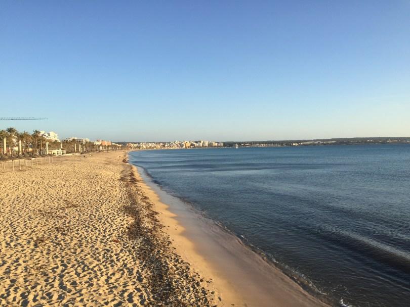 Leerer Mallorca Strand Playa de Palma in der Abenddämmerung