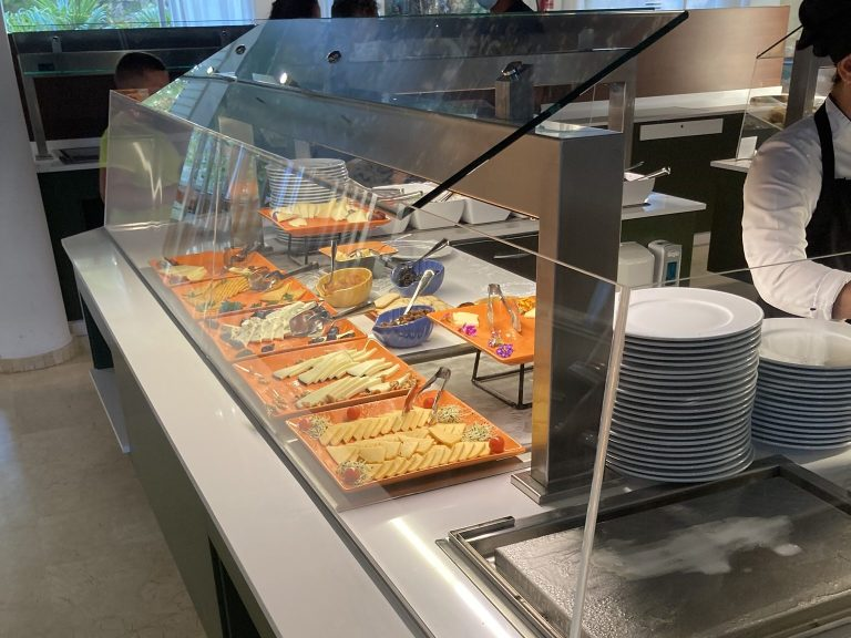 Hotelbuffet auf Mallorca in Zeiten von Corona hinter einer Glasscheibe