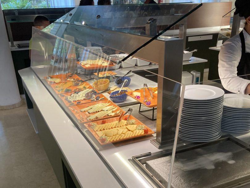 Hotelbuffet wegen Corona hinter einer Scheibe