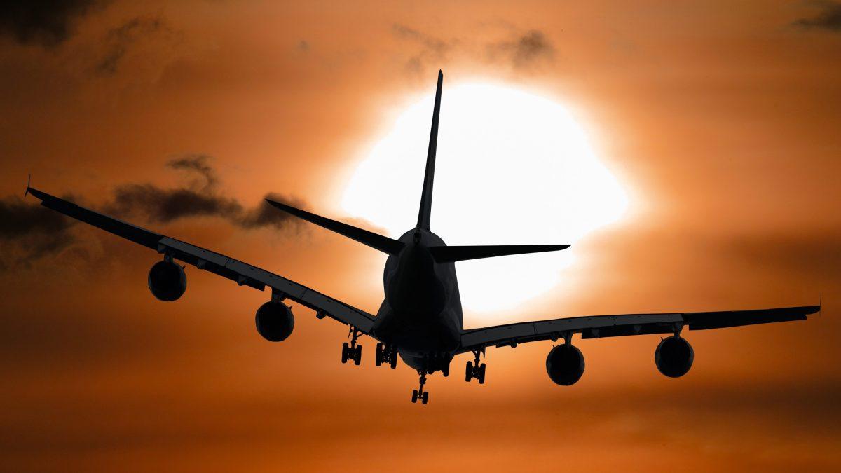 Flugzeug fliegt der Sonne entgegen.