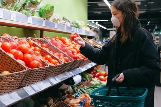 Frau mit Maske im Supermarkt