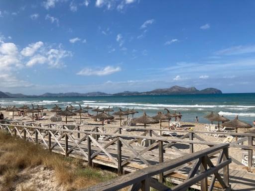 Der Strand von Can Picafort. Auch hier gelten die aktuellen Corona Maßnahmen auf Mallorca.