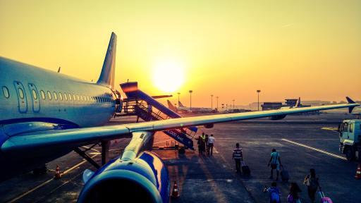 Flugzeug auf dem Rollfeld in der Abendsonne