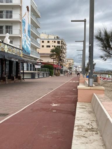 Strandpromenade von Can Picafort mit geschlossenen Restaurants.