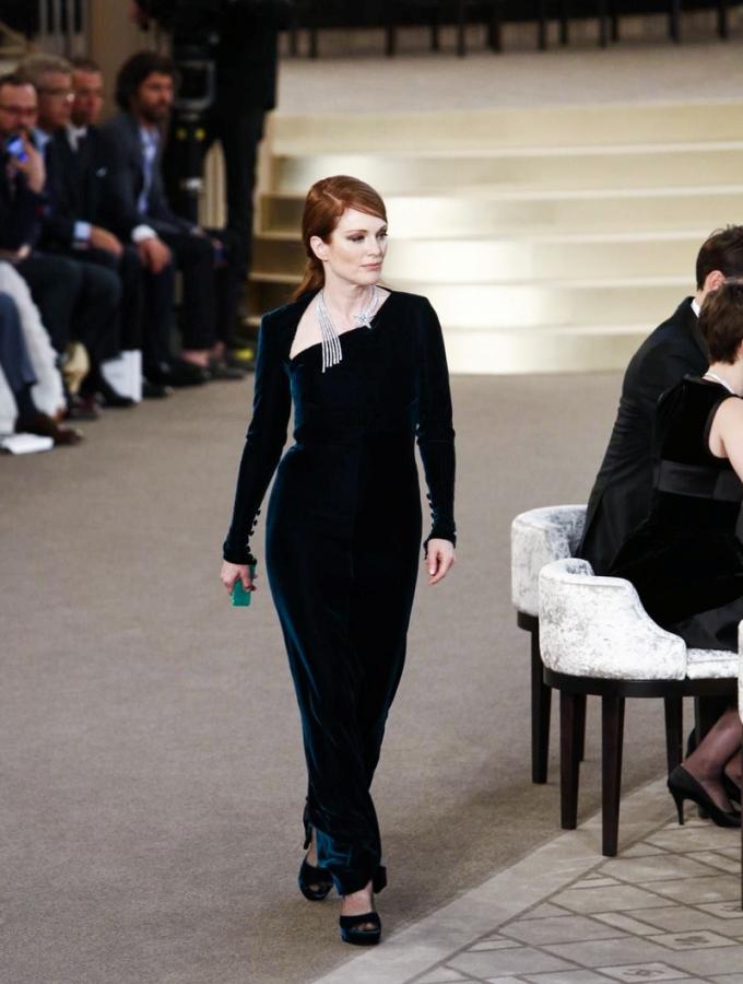 julianne-moore-chanel-fw15-couture-runway-paris