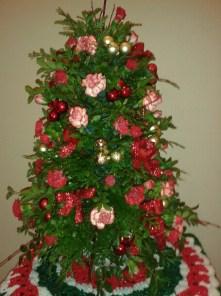 xmas tree with boxwood and mini carns