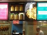 Papan elektronik menampilkan nomer pesanan makanan yang siap diambil