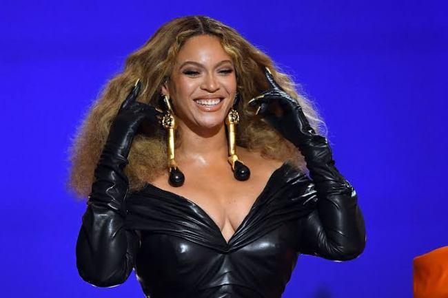 """Fans Call Beyonce's Butt Fake: """"Beyonce Minaj"""""""