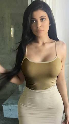 kylie_breasts_gigantic2