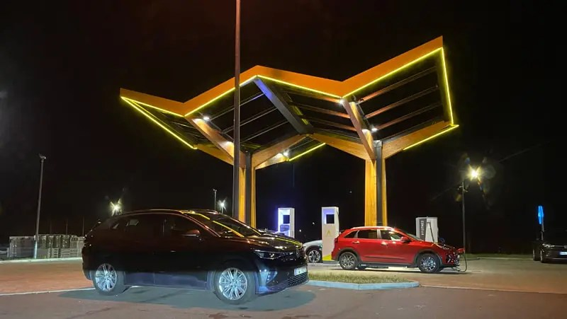 Fastned bei Nacht