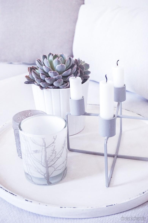 weißes Tablett mit Sukkulente in weißem Topf und Teelichthaltern in weiß und Kerzenständer für Stabkerzen in grau von Depot auf IKEA SÖDERHAMN Couch