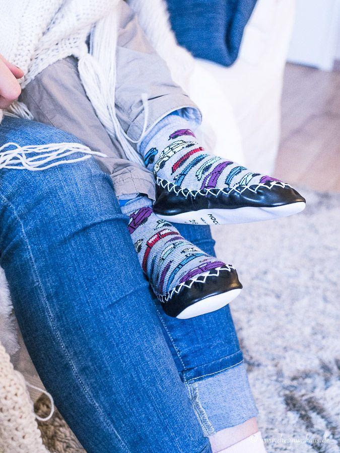 Kuschelalarm im Wohnzimmer und warum bei uns immer Socken verschwinden...Moccis - handgenähte Socken aus Schweden