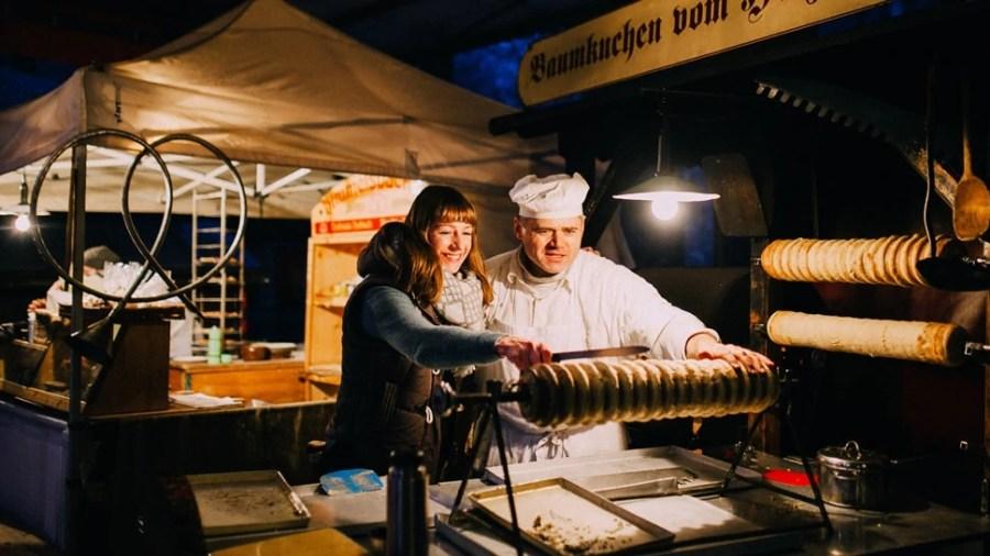 Ein Baumkuchen wird frisch auf dem Dresdner Winterzauber gebacken