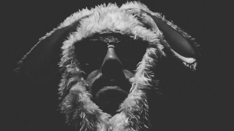 Gesicht von Rapper Alphonzo vor einem schwarzen Hintergrund
