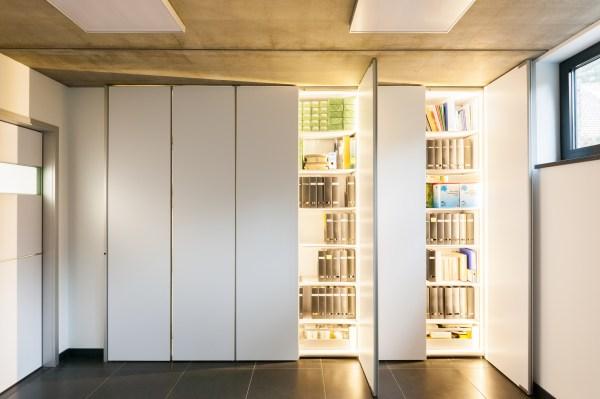 Inbouwkasten moderne bureau met led verlichting.