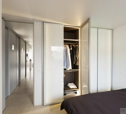 Garderobekasten met witte glazen deuren