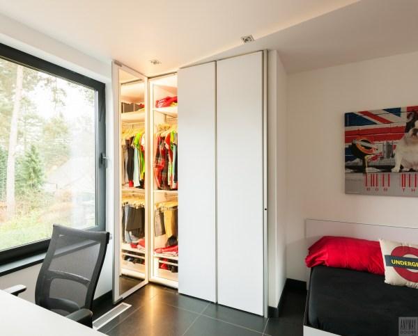 Garderobekasten op maat in een moderne slaapkamer.