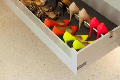 Schoenen creatief opbergen in uw garderobekasten op maat