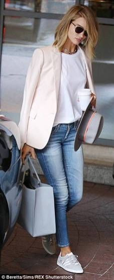 Women's white sneakers outfit 43