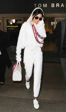 Women's white sneakers outfit 49
