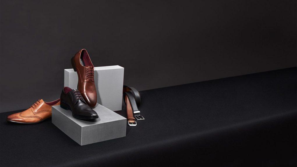 Ανδρικά παπούτσια σε μαυρό, καφέ και ταμπά χρώμα, μαζί με δερμάτινη ζώνη.