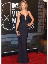 She arrived at the MTV Video Music Awards in New York wearing a Hervé Léger By Max Azria gown.