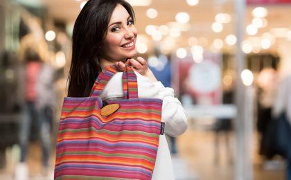 Schick, praktisch und umweltfreundlich - der Shopper aus gewebtem Baumwollstoff ist ein schönes und zugleich nützliches Weihnachtsgeschenk.