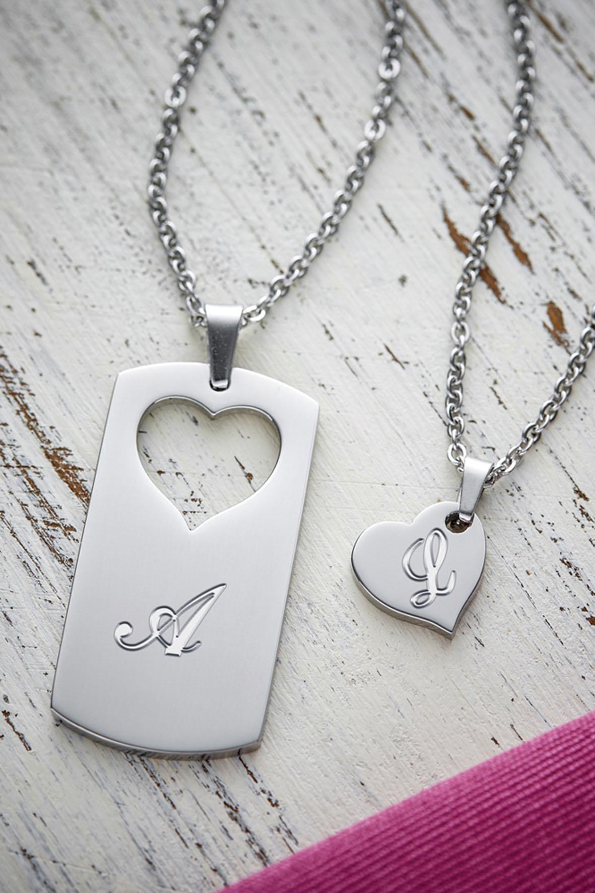 Beide Anhänger der Partner-Halsketten passen perfekt zusammen und können mit Wunschinitialen graviert werden.