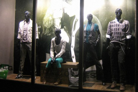 window display VMD, F/W 2008 collection in Shenzhen shop   British Fashion Retail Brand – Magnum London :: graphical visual merchandising