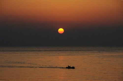 夕陽が見える海に、最も近い駅の下灘駅から見る夕陽