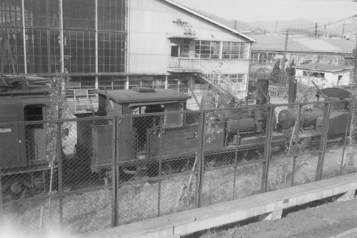 謎の機関車は右端
