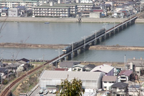 沼田川橋梁脇には多くのファンがカメラの放列。