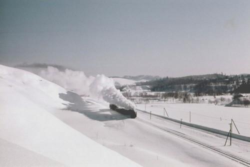 快晴の登龍峠を一番列車が行く